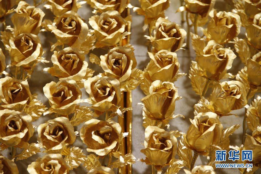 Cầu hôn bằng 1999 bông hồng vàng ròng 20101216103925_12886464_51n