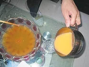 Công nghệ làm trứng gà giả của Trung Quốc  20101228114305_pha-dung-dich-lam-long-do-trung