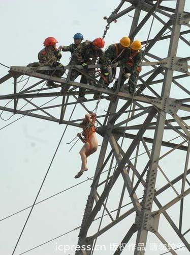 Girl xinh khỏa thân leo lên cột điện bị điện giật