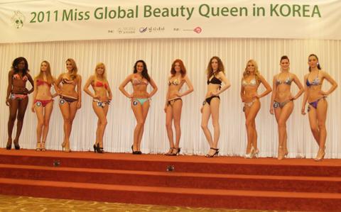 Ngắm Hương Giang và các hoa hậu diện bikini  20110508160505_g6
