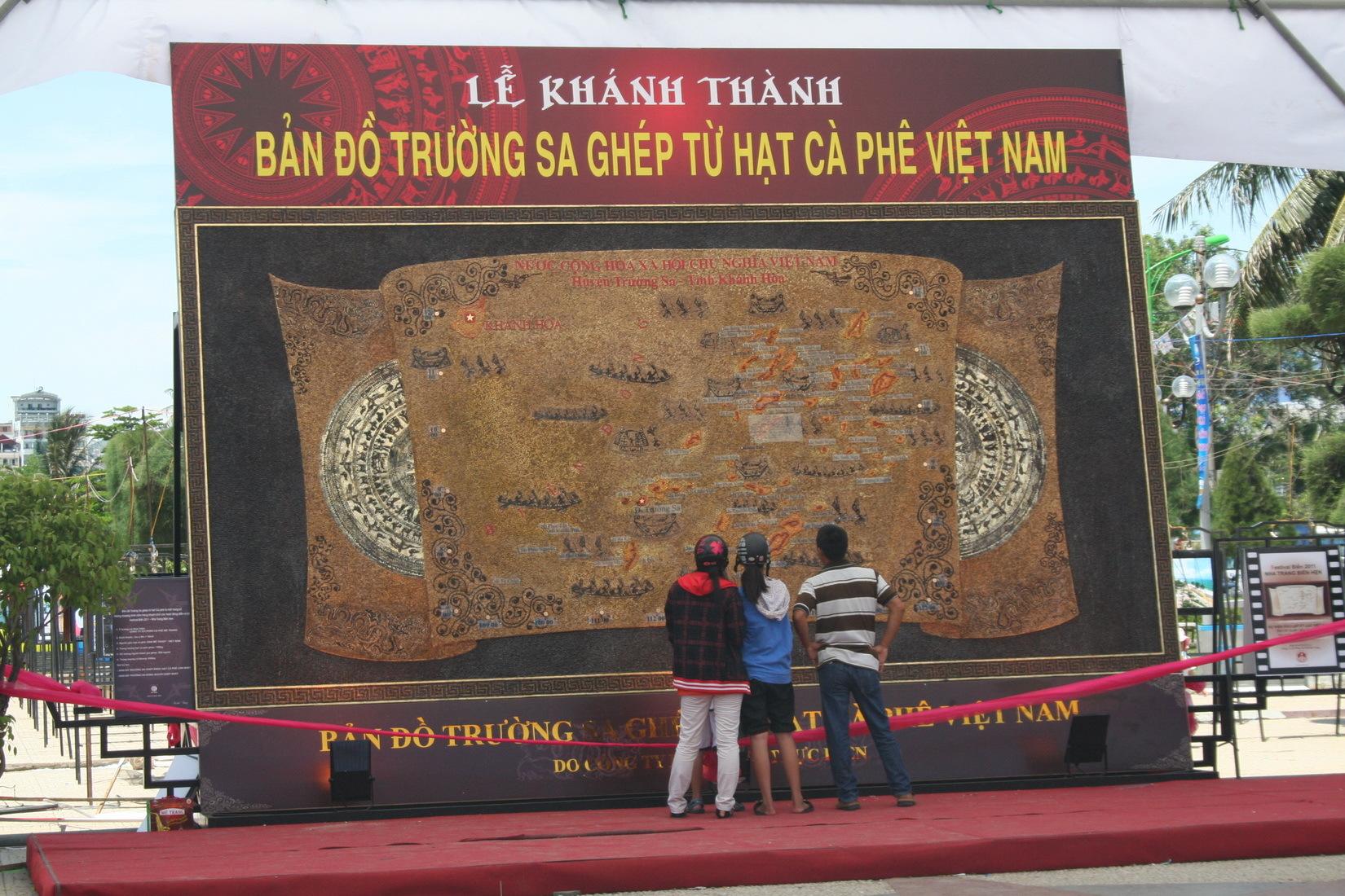 Mô hình bản đồ Trường Sa ghép bằng hạt cà phê Việt