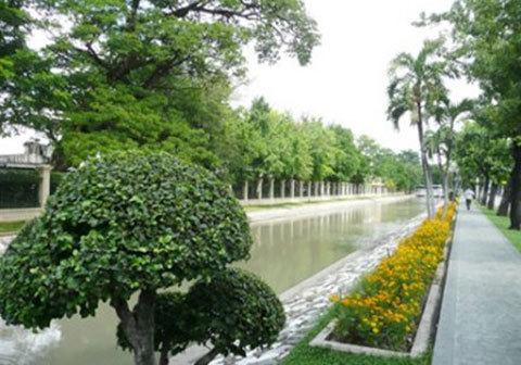 Ông sở hữu khoảng 14,2 km2 đất ở Bangkok và một phi độiba máy bay.