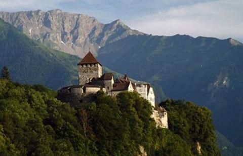 Hoàng tửHans-Adam II sống ở một lâu đài trên đỉnh núi.