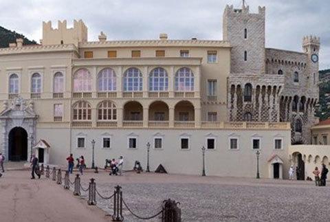 Hoàng tử củaMonacosống trong một cung điệnquý pháihàng trăm năm tuổi.
