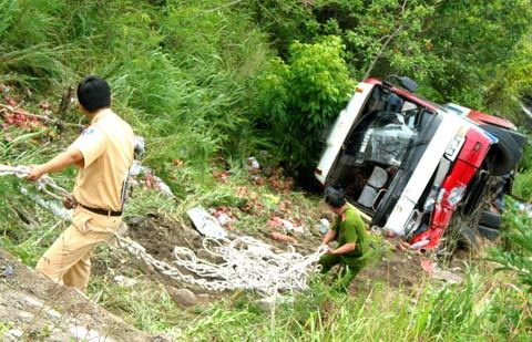 Phú Yên: Xe khách rơi xuống vực, 8 người bị thương