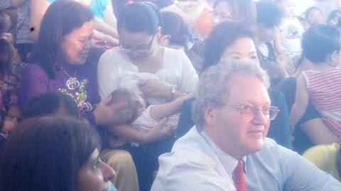 """Màn """"trình diễn"""" cho con bú của 200 bà mẹ"""