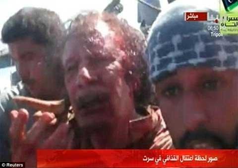Đại tá Gaddafi, người nắm quyền suốt 42 năm ở Libya đã bị một nhóm chiến binh nổi dậy cuồng loạn giết chết.Đoạn phim gây sốc cho thấy rõ ràng cảnh Gaddafi, 69 tuổi, vẫn còn sống khi các chiến binh vẫy súng trên trời rồi tống ông này lên capo của một chiếc xe jeep.