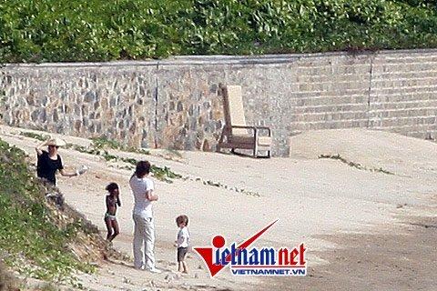 Angelina Jolie- Brad Pitt dạo biển và thăm chuồng cọp Côn Đảo