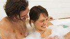 Tắm nước nóng ảnh hưởng chuyện 'yêu'