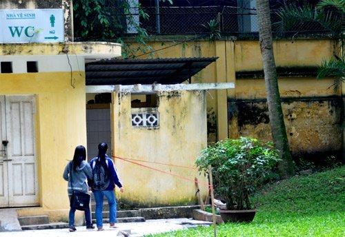 20111208091628 1 Nữ sinh bị nhìn trộm khi đi vệ sinh tại Bách Thảo Hà Nội