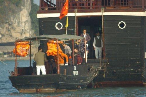Mark cùng bạn gái Priscilla Chan và một số bạn bè, vệ sĩ đã nghỉ đêm trên Vịnh từ tối 24/12 trên chiếc du thuyền Phoenix QN-4339, neo gần khu vực đảo Ti Tốp và hang Sửng Sốt. Đúng 8h sáng 25/12, tất cả xuống thuyền nhỏ để vào hang tham quan.