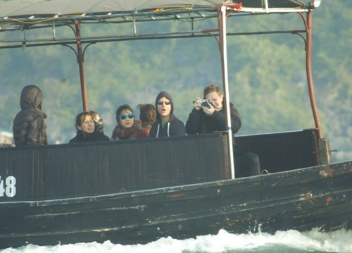 """Ban đầu tưởng """"đối phương"""" cũng là khách du lịch, một người bạn của Mark cũng giơ máy lên… chụp lại, cười vui vẻ. Sau khi thấy sự """"bất thường"""" từ chiếc thuyền đối diện, Mark gần như muốn la lên. Một số thuyền viên thì hét to: """"Không được chụp""""."""
