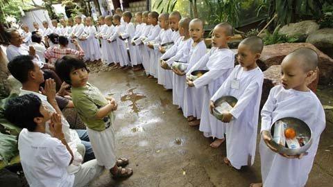 Học sinh Thái cạo đầu vào chùa làm ni cô
