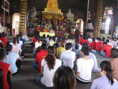 Người Việt trẻ lên chùa chữa