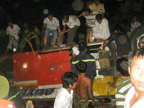 20120518083057 hianh 2 tai nan Toàn cảnh vụ tai nạn lật xe khách trên cầu 14 Sê rê pôc DakLak