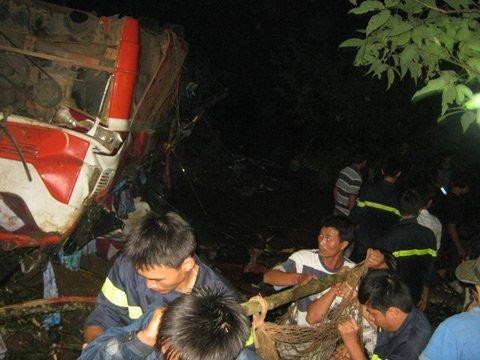 20120518083057 hinh 1 tai nan Toàn cảnh vụ tai nạn lật xe khách trên cầu 14 Sê rê pôc DakLak