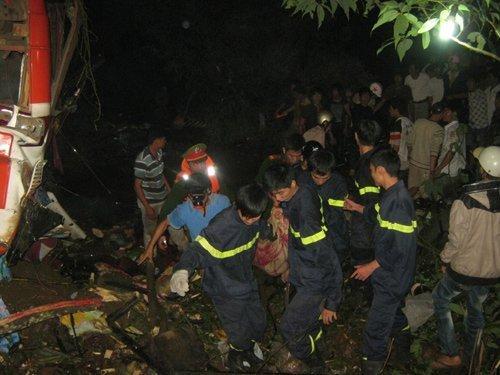 20120518085858 hinh 3 tai nan Toàn cảnh vụ tai nạn lật xe khách trên cầu 14 Sê rê pôc DakLak