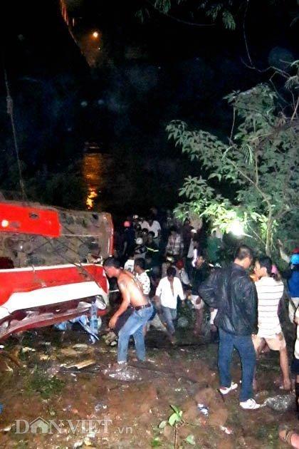 20120518085949 180512 thoi su tai nan 02 dan viet Toàn cảnh vụ tai nạn lật xe khách trên cầu 14 Sê rê pôc DakLak