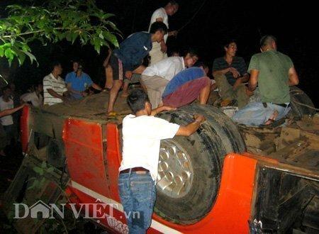 20120518085949 180512 thoi su tai nan 12 dan viet Toàn cảnh vụ tai nạn lật xe khách trên cầu 14 Sê rê pôc DakLak