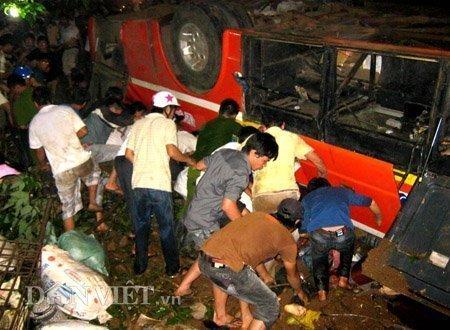 20120518085949 180512 thoi su tai nan 13 dan viet Toàn cảnh vụ tai nạn lật xe khách trên cầu 14 Sê rê pôc DakLak