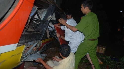 20120518090218 tt1 Toàn cảnh vụ tai nạn lật xe khách trên cầu 14 Sê rê pôc DakLak