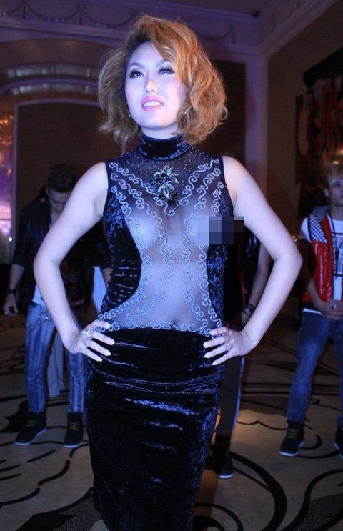 Phi Thanh Vân lộ ngực vì mặc váy quá mỏng