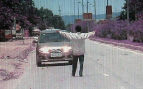 Sửng sốt cảnh một phụ nữ chặn ôtô lấy tiền ảnh 1