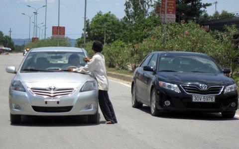 Sửng sốt cảnh một phụ nữ chặn ôtô lấy tiền ảnh 2