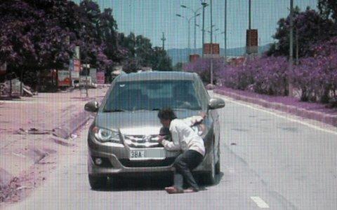 Sửng sốt cảnh một phụ nữ chặn ôtô lấy tiền ảnh 3