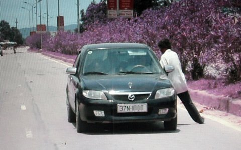 Sửng sốt cảnh một phụ nữ chặn ôtô lấy tiền ảnh 4