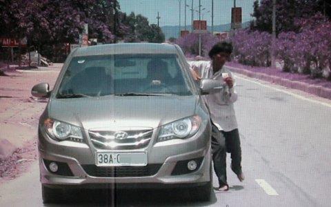 Sửng sốt cảnh một phụ nữ chặn ôtô lấy tiền ảnh 5