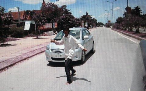 Sửng sốt cảnh một phụ nữ chặn ôtô lấy tiền ảnh 6