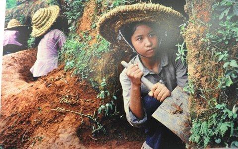 Cảnh trẻ em thời chiến đào hầm ảnh 2