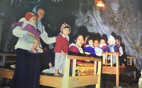Cảnh trẻ em thời chiến đào hầm ảnh 3