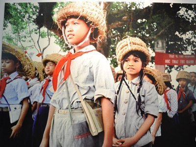 Cảnh trẻ em thời chiến đào hầm ảnh 6