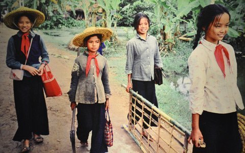Cảnh trẻ em thời chiến đào hầm ảnh 12