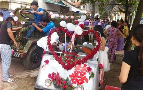 Lễ rước dâu bằng xe công nông ở Hà Nội