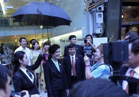 Nữ Thủ tướng Thái Lan mua sắm ở Hà Nội (16)