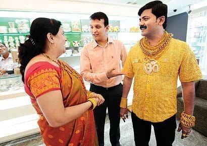 Triệu phú Ấn Độ khoe áo bằng vàng ròng (1)