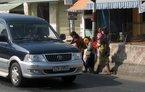 Hãi cảnh trẻ chặn ôtô xin tiền trên quốc lộ 1A