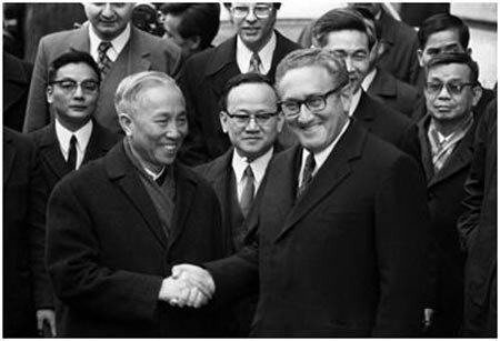 Henry Kissinger Với Ông Lê Đức Thọ Tại Hòa Đàm Paris. Ảnh Tư Liệu