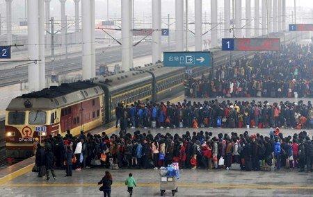 Tiêu điểm - Người Trung Quốc cưỡi lừa, đi bộ về quê ăn tết