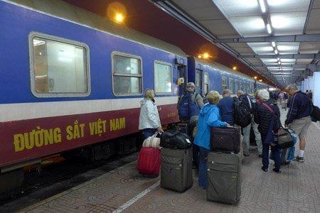 Xã hội - Bộ trưởng Thăng chúc Tết trên chuyến tàu cuối năm (Hình 2).