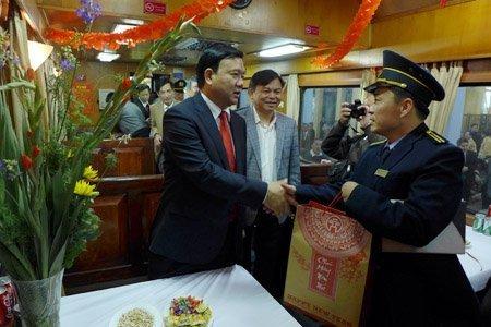 Xã hội - Bộ trưởng Thăng chúc Tết trên chuyến tàu cuối năm (Hình 9).