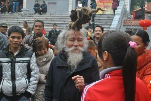 'Dị nhân' tóc búi hình rồng bất ngờ xuất hiện ở hội Lim ảnh 1