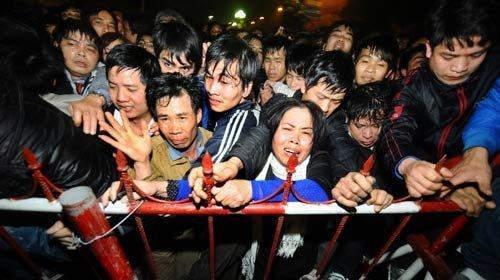 Chen lấn nơi đông người
