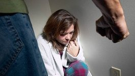 Trắng tay sau ly hôn vì bị chồng dàn kịch, bạo hành
