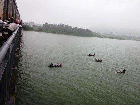 Cô gái nhảy cầu Bến Thủy tự tử trên dòng sông Lam