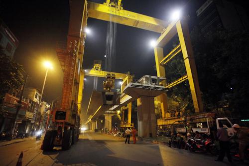 Cảnh 'xe khủng' lắp dầm đường sắt trên cao Hà Nội