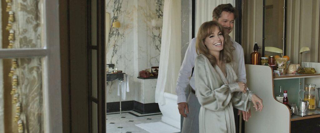 Brad Pitt và Angelina Jolie tình tứ trong phim mới